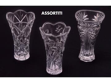 Elegante vaso alto 24 cm in vetro, disponibile con decori assortiti.