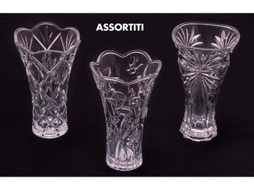 Elegante vaso alto 30 cm in vetro, disponibile con decori assortiti.