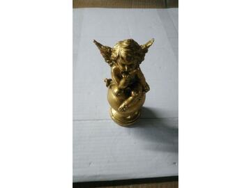 Angioletto seduto su sfera dorato