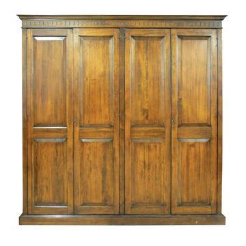 Armadio in legno con decorazione scolpita nella parte superiore e linea classica senza tempo. Disponibile in 2 misure.