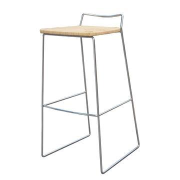 Sgabello CROMO dalle linee essenziali e moderne,struttura in metallo elegante,seduta in paglia.