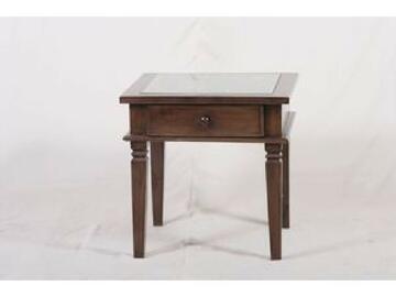 La parte superiore del tavolino e formata da una scultura in legno con motivo floreale ed e chiusa con un piano di appoggio in vetro. Il cassetto portaoggetti aumenta il valore di comodita e funzionalita del tavolino.