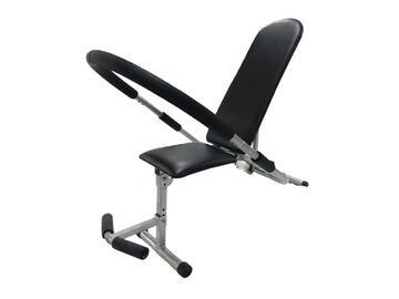 Panca per addominali con seduta e schienale imbottiti per garantire il massimo confort durante l'attività fisica.