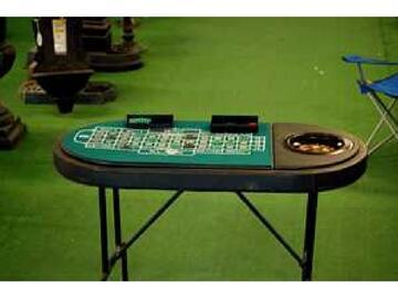 Tavolo da gioco multifunzione. Completo di tutti gli accessori per sfruttare il tavolo per svariati tipi di gioco.