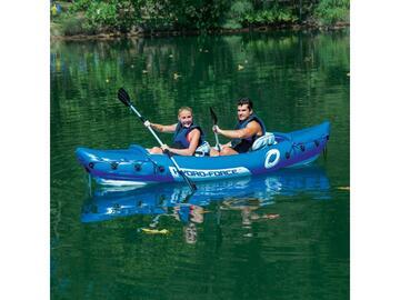 Kayak gonfiabile con remi, colore blu. Ospita 2 persone.