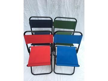 Comoda sedia pieghevole con gambe in metallo e seduta in tessuto. Facile da trasportare e adatta per i pic-nic.