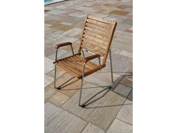 Poltrona in legno naturale. Comoda e solida. Ottima per l'esterno, resistente agli agenti atmosferici. Pratica e maneggevole.