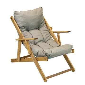 Comoda poltrona Harmony, con struttura in legno, schienale e seduta imbottiti. Disponibile in colori asssortiti.