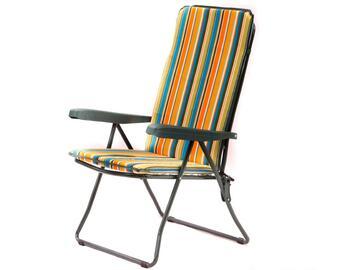 Cuscino per sedia a sdraio, comodo e morbido, a righe colorate.