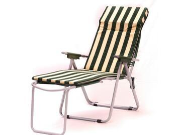 Cuscino per sedia a sdraio e con poggiapiedi, comodo e morbido, a righe bianche e verdi.